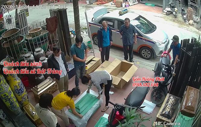 Khách hàng mua tiểu sành tại gốm sứ Hoàng Phát 2