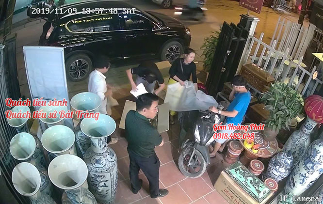 Khách hàng mua tiểu sành tại gốm sứ Hoàng Phát 1