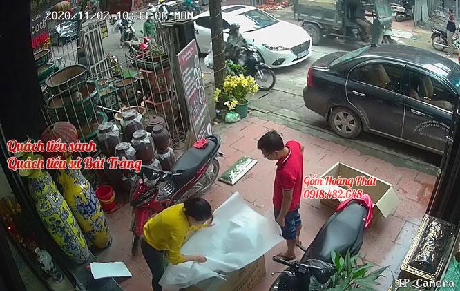 Khách hàng mua tiểu sành tại gốm sứ Hoàng Phát